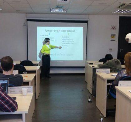 Dra. Maria Lucia Benhame transmitindo seus conhecimentos para estudantes e profissionais de gestão